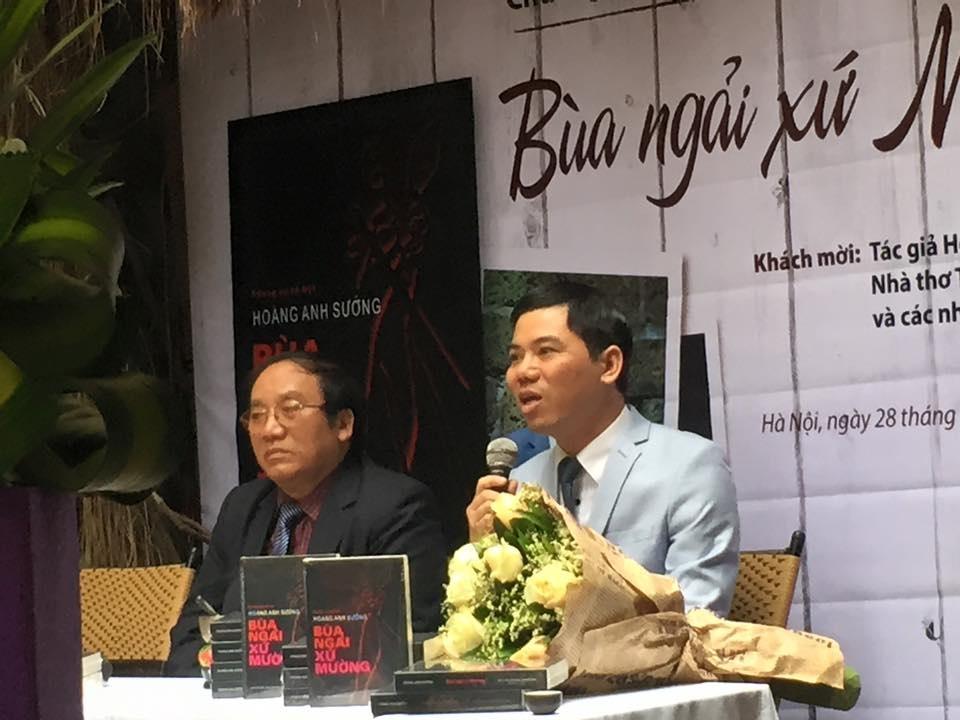 Hoàng Anh Sướng (cầm mic) và nhà thơ Trần Đăng Khoa trong buổi giới thiệu sách.