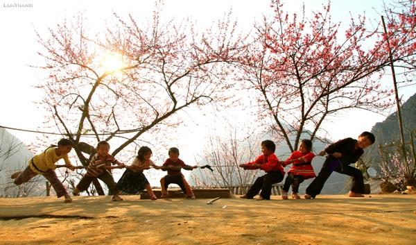 Ảnh kéo co của trẻ em vùng cao mùa xuân. Ảnh: Lam Thanh.