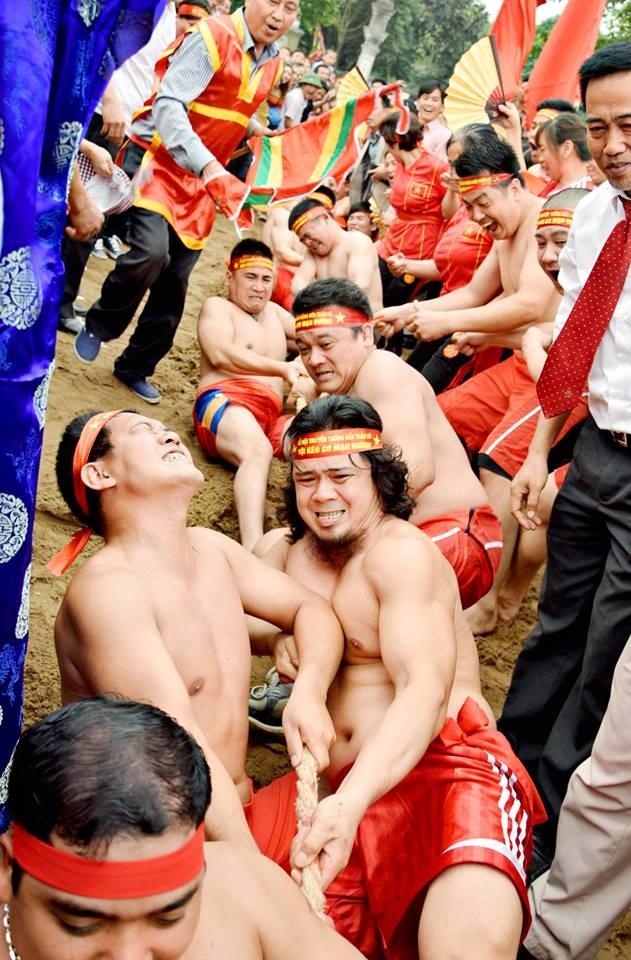 Một trong những cảnh thực hành nghi lễ kéo co trong hội làng ở Long Biên (Hà Nội). Ảnh: Trung tâm Nghiên cứu và phát huy giá trị Di sản văn hoá.