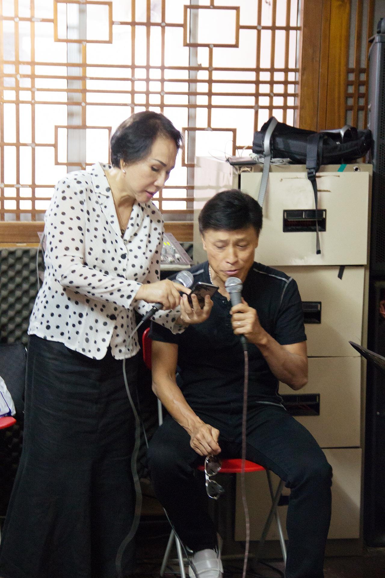 Danh ca Lệ Thu và Tuấn Ngọc tập hát cho đêm nhạc Ngô Thuỵ Miên.
