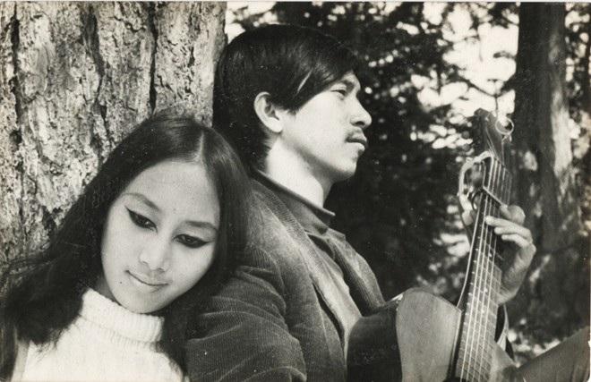 Lê Uyên và Phương thời rong ruổi du ca với cây đàn guitar.