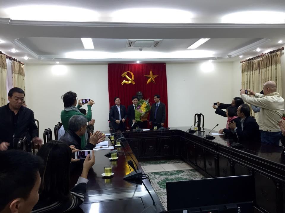 Có rất nhiều đồng nghiệp đã đến để chúc mừng Tấn Minh.