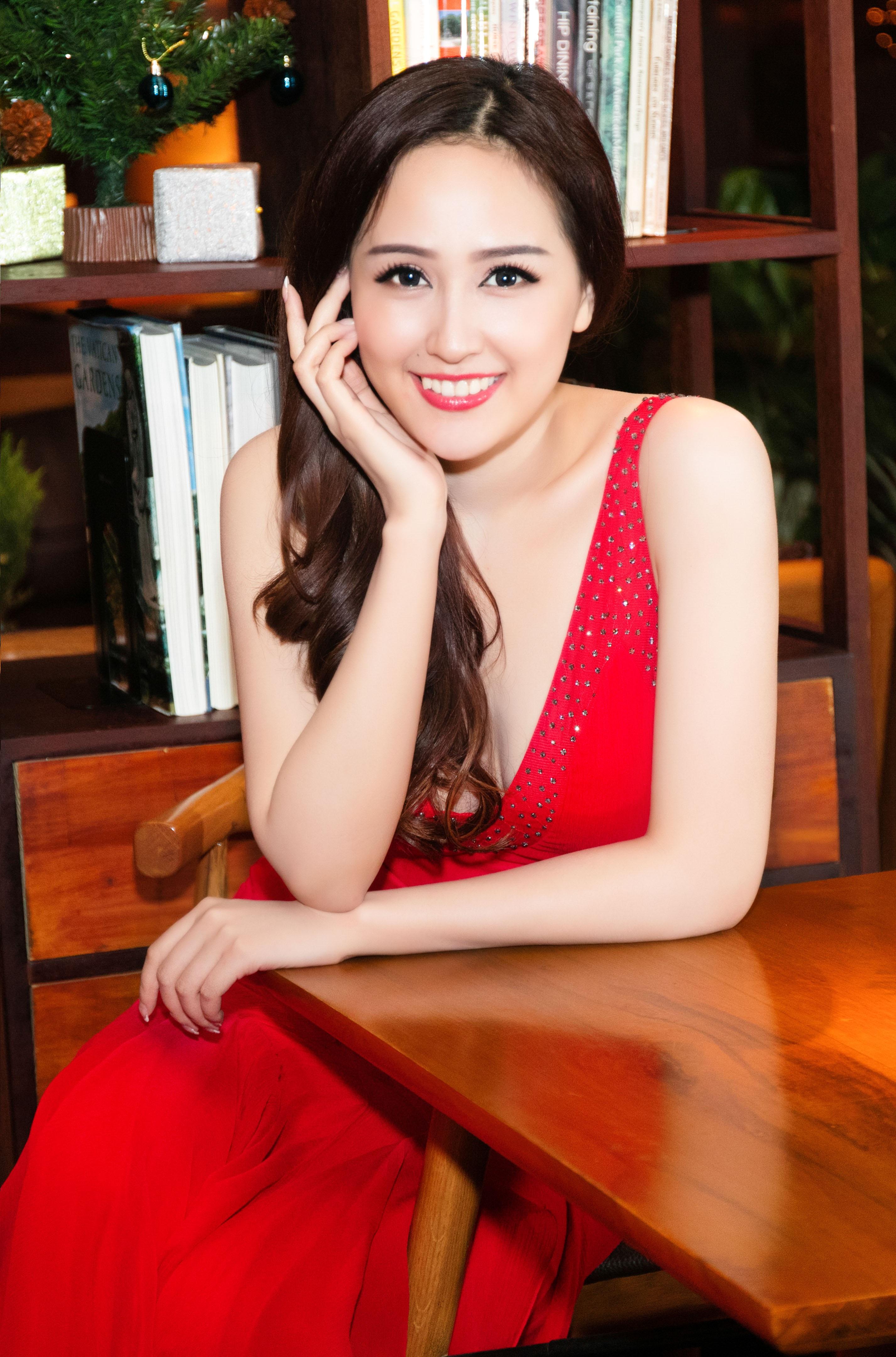 Xuất hiện trong một sự kiện chiều qua, Hoa hậu Mai Phương Thúy nổi bật với nhan sắc xinh đẹp, rạng ngời. Cô diện bộ đầm đỏ khoe vóc dáng căng tròn của thiếu nữ đang ở độ chín muồi của tuổi thanh xuân.
