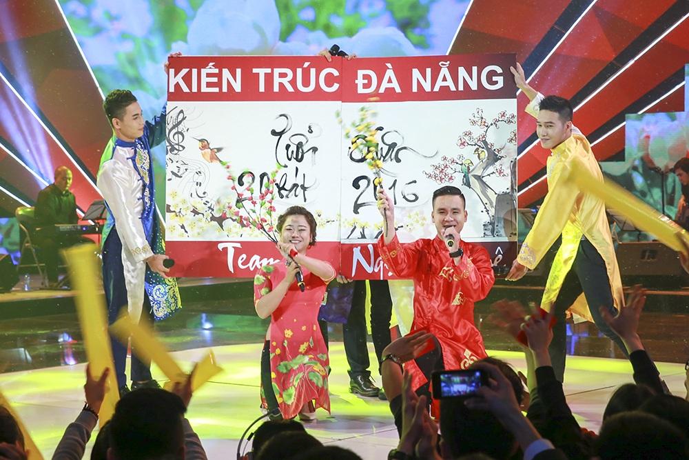 ĐH Kiến Trúc Đà Nẵng thể hiện 2 ca khúc Bóng cây cơ nia và Xuân và tuổi trẻ.