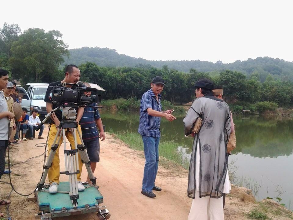 Đạo diễn Phạm Đông Hồng (áo sọc, đội mũ) đang chỉ đạo một cảnh quay trong đĩa hài Chôn nhời. Ảnh: PĐH.