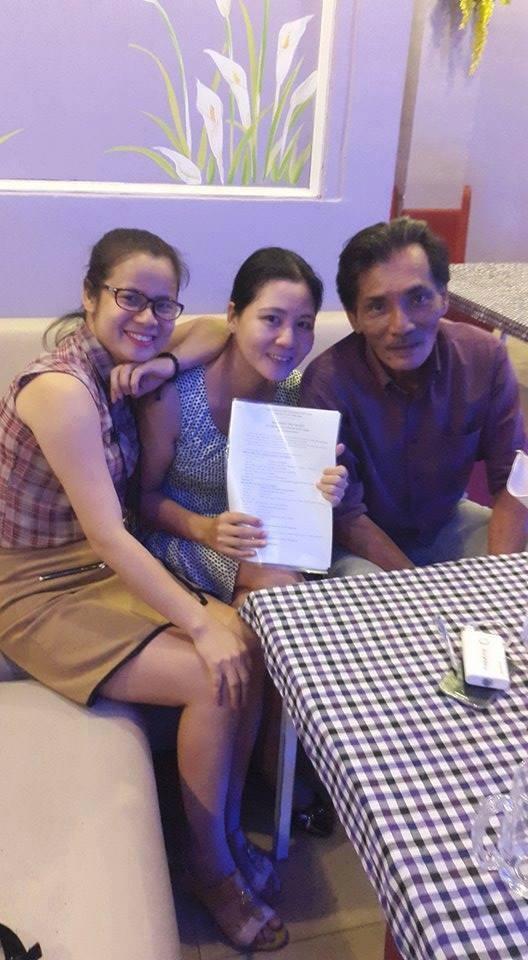 Nghệ sỹ Thương Tín với nhà báo Đinh Thu Hiền và nhà văn Thuỷ Anna (đại diện đơn vị xuất bản) cuốn hồi ký. Ảnh: HTL.