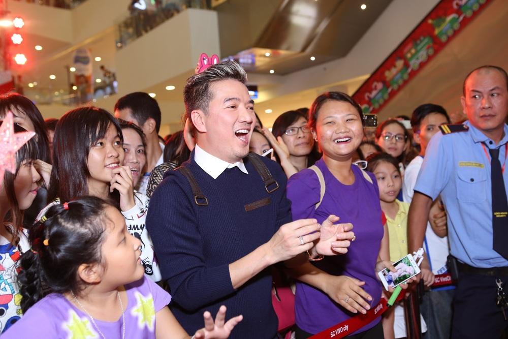 Ca sĩ Đàm Vĩnh Hưng cũng có mặt từ rất sớm để theo dõi và đứng ngồi không yên trong buổi họp fans của Dương Triệu Vũ. Ngoài song ca với Dương Triệu Vũ những ca khúc được yêu mến, anh còn xung phong tham gia vào các trò chơi giao lưu với khán giả