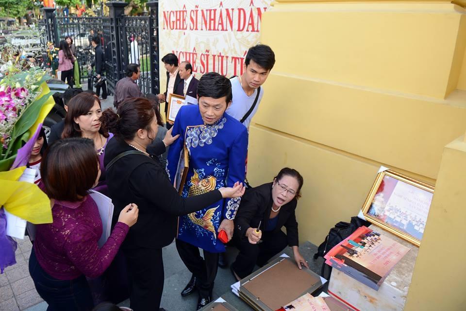 Rất đông đồng nghiệp và người hâm mộ vây quanh Hoài Linh khi anh vừa bước ra phía ngoài Nhà hát Lớn Hà Nội. Ảnh: T.T.