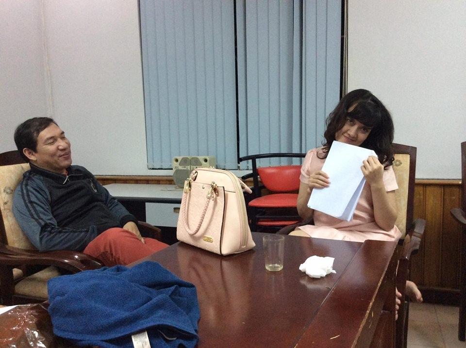 Trong khi NSND Tự Long phải gặm bánh mì thì Vân Dung đọc lại kịch bản.