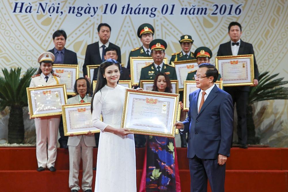 Ca sỹ Phạm Phương Thảo cũng được đứng trong đội ngũ NSƯT được trao danh hiệu ngày 10/1.