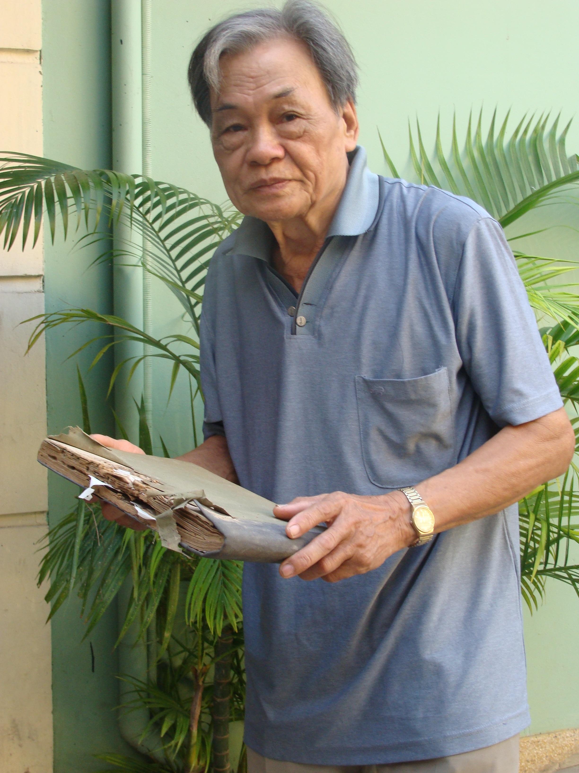 Người nghệ sỹ tuổi 90 bên tập bản thảo các bài hát mà ông từng thể hiện. Ảnh: HTL.
