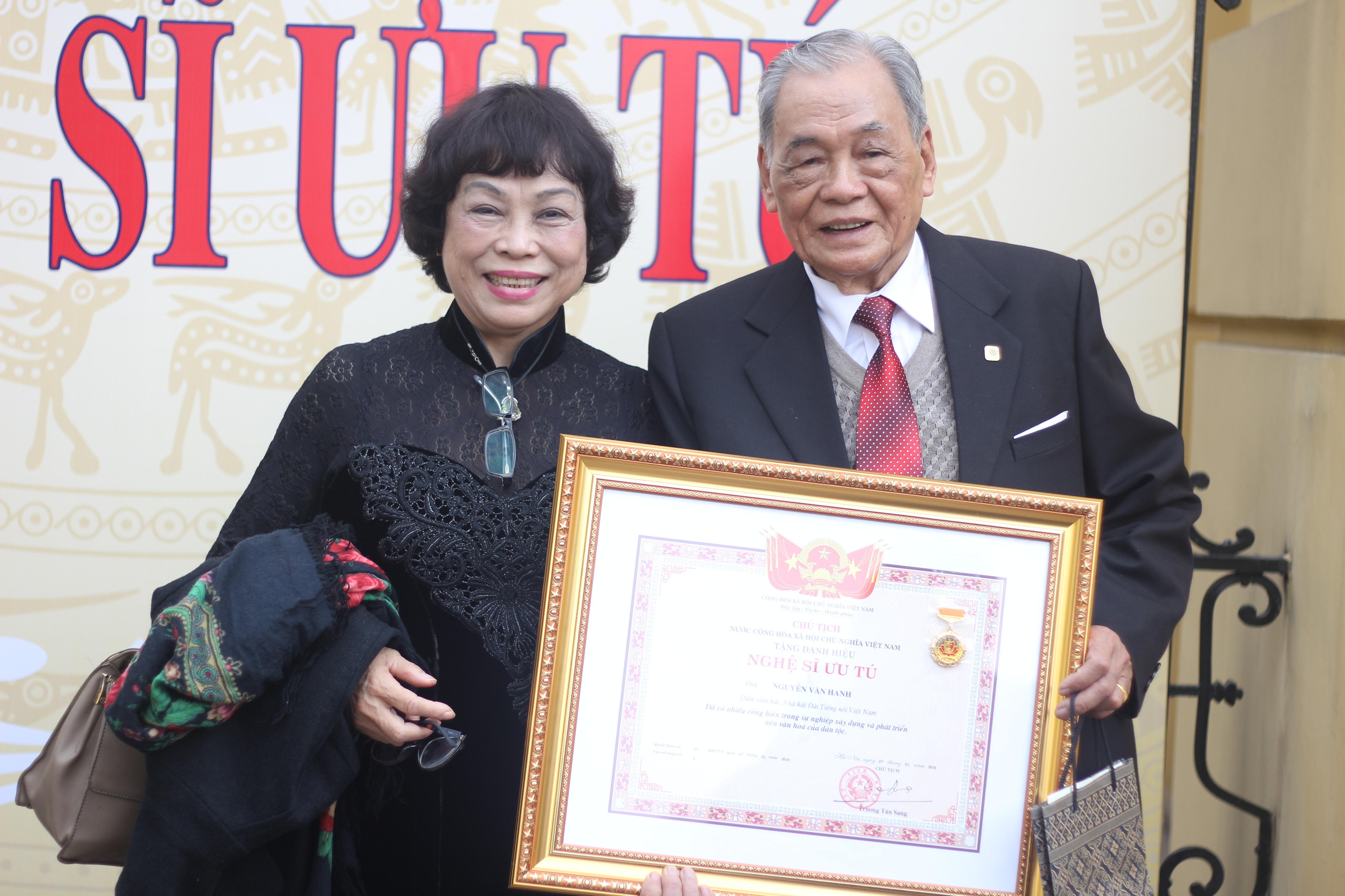 NSƯT Văn Hanh và con gái là PGS.TS Nguyễn Thị Minh Thái trong buổi nhận bằng phong tặng danh hiệu sáng 10/1. Ảnh: HTL.