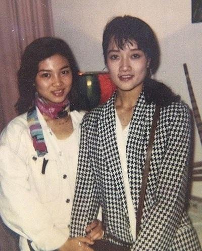 """Năm 1992, người chị gái Vân Trang, do sở hữu một chiều cao nổi bật lại ưa nhìn nên cả nhà động viên đi thi Hoa hậu. Ai ngờ cô em Vân Dung kém cô chị cả chục phân chiều dài cũng hí hửng đòi đăng ký với lý do con đi thi để cổ vũ cho chị Vân Trang""""."""