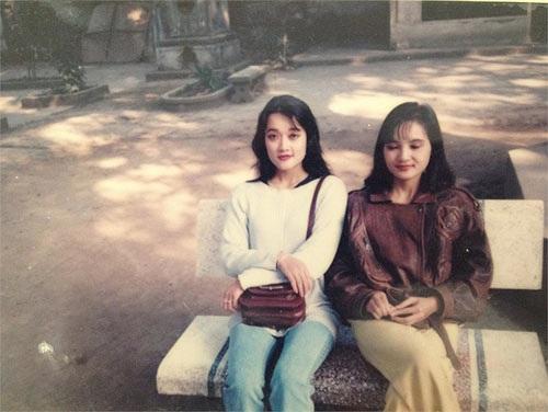 Tâm sự về tuổi thơ, Vân Dung chia sẻ, 10 tuổi chị đã nhận may gia công làm khuy áo, đến năm 13 tuổi thì phụ giúp mẹ trang điểm cô dâu.