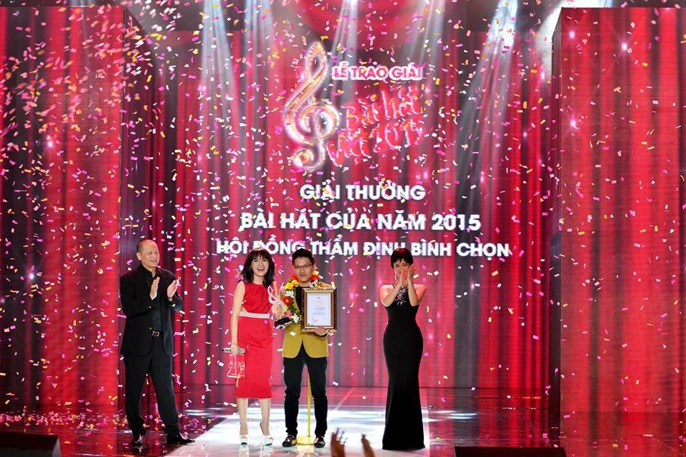 Ca sỹ Nhật Thuỷ và nhạc sỹ Vũ Minh Tâm nhận giải Bài hát của năm.