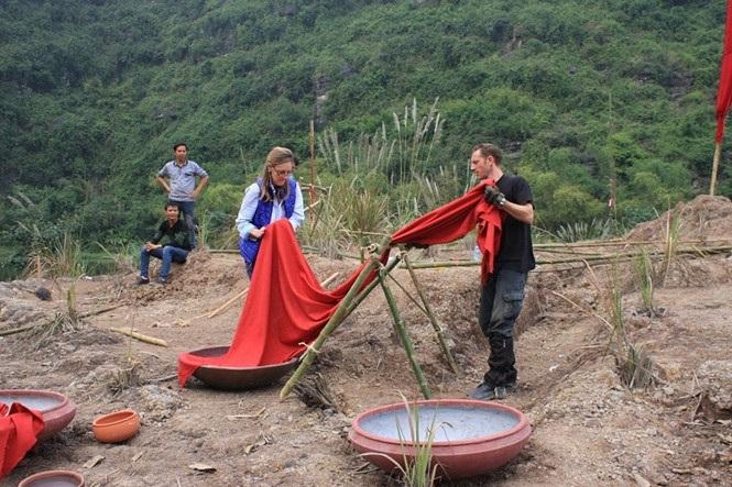 Nhân viên kỹ thuật của đoàn làm phim gấp rút dựng bối cảnh tại phim trường Ninh Bình để chuẩn bị cho những cảnh quay đầy tiên. Ảnh: TL.