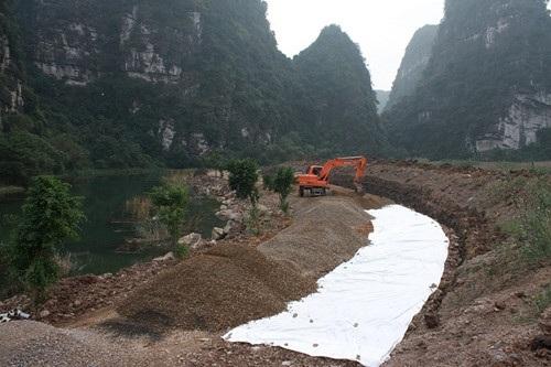 San lấp đường để tạo bối cảnh tại phim trường ở Ninh Bình. Ảnh: TL.