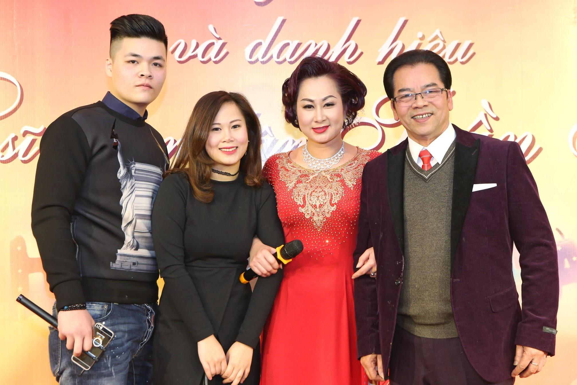 Gia đình Trần Nhượng hạnh phúc trong ngày vui trọng đại.