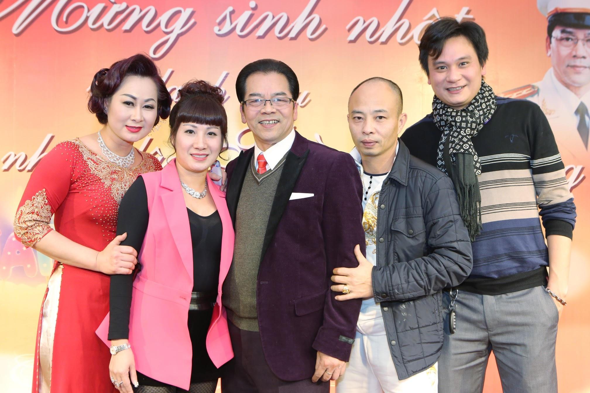 Diễn viên Công Dũng (ngoài cùng bên phải) là một người em kết nghĩa của nghệ sỹ Trần Nhượng cũng đội rét đến mừng anh trai.