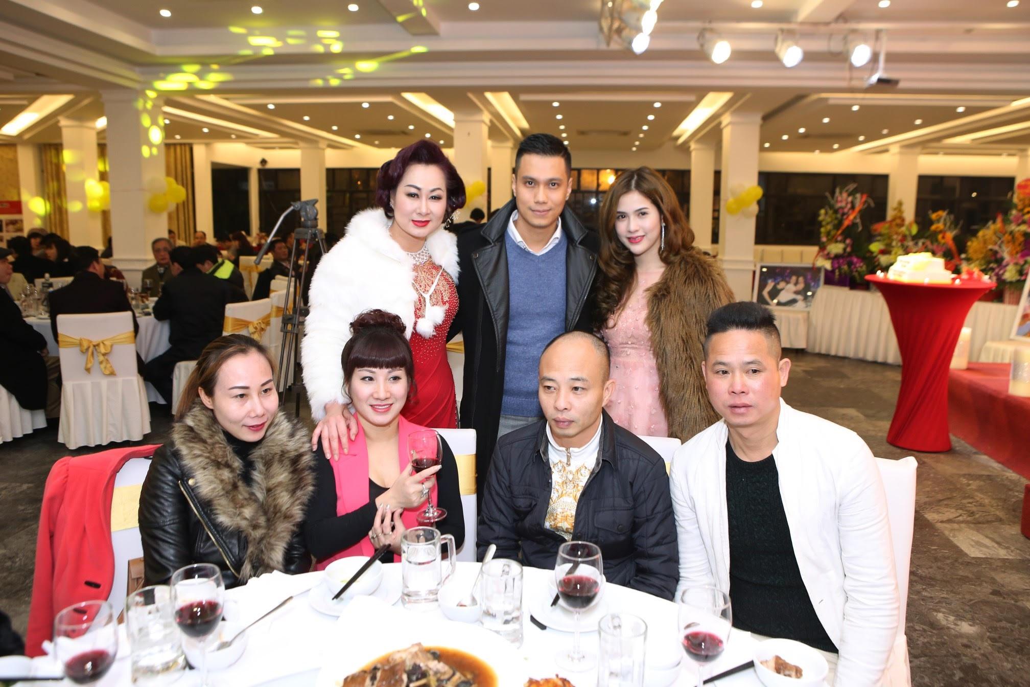 Việt Anh dù thuộc thế hệ đàn em nhưng lại đang sinh hoạt trong đội bóng của NSND Trần Nhượng. Anh cùng bạn gái đã có mặt trong sự kiện để nói lời chúc mừng với người anh mà mình quý mến.