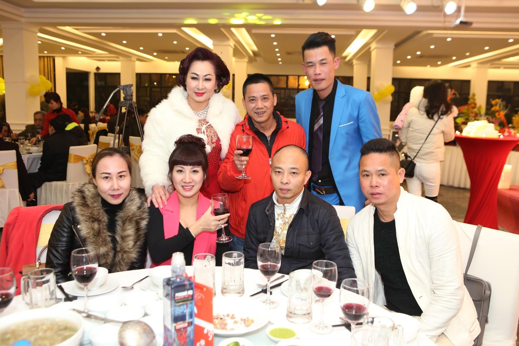 Không chỉ đến dự tiệc, Hiệp gà cùng một số nghệ sỹ còn làm trò để mang tiếng cười đến cho khách mời.