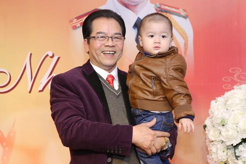 Nghệ sỹ Trần Nhượng bế cháu lên sân khấu để chia sẻ niềm vui với khách mời.