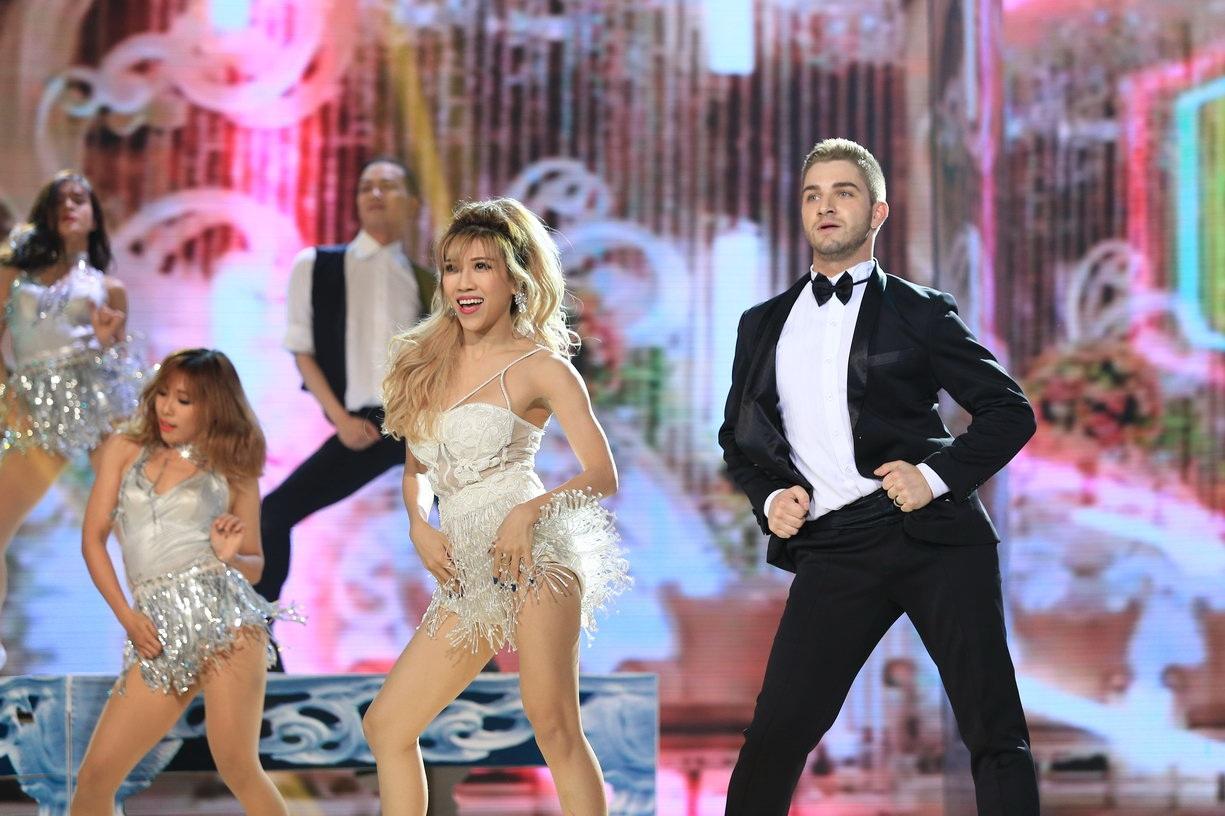 Trang Pháp và bạn nhảy.