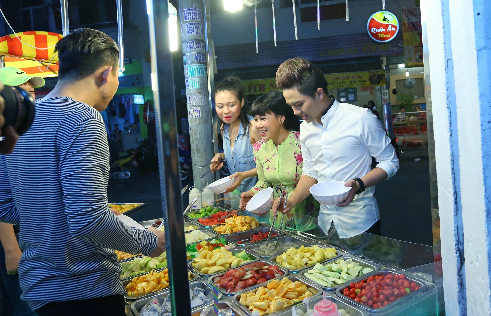Việt Hương đi mua đồ ăn cùng những người em trong nghề.