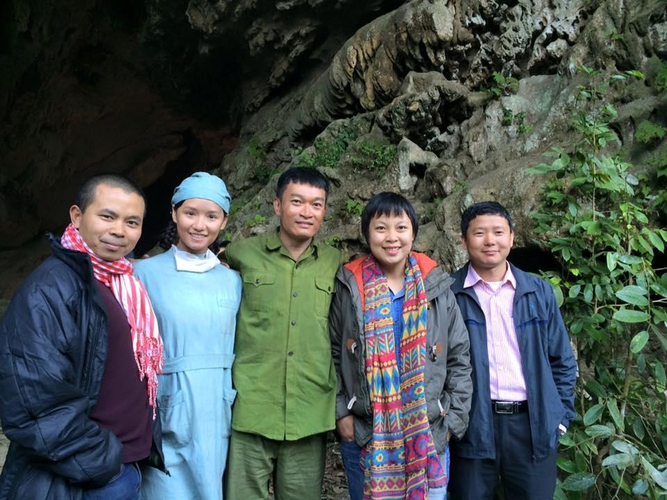 Đặng Thái Huyền chụp ảnh cùng hai diễn viên chính của Người trở về.