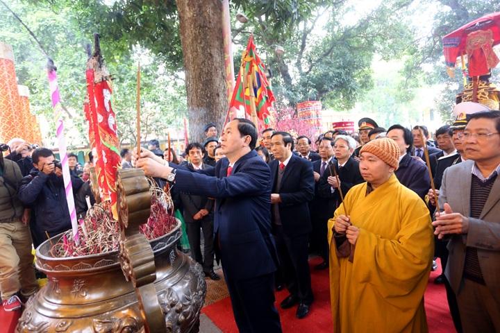 Bộ trưởng Trần Đại Quang cùng lãnh đạo các ban ngành và nhiều người dân dâng hương tại Hoàng Thành Thăng Long sáng 16/2.
