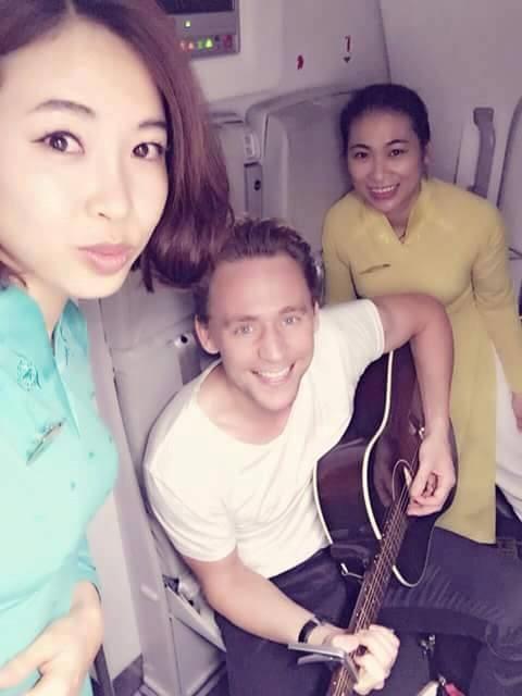 Trước đó, một số người hâm mộ đã khoe ảnh nam tài tử 35 tuổi người Anh này chơi guitar trên chuyến bay tới Hà Nội bằng một khuôn mặt đầy hào hứng và thân thiện. Ảnh: Fb.