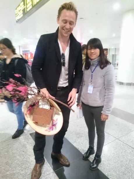 Khi vừa bước xuống sân bay, Tom Hiddleston được người hâm mộ Việt Nam chào đón bằng nón lá và cành đào xuân.