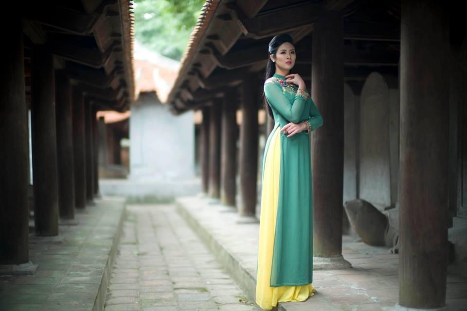 Hình ảnh Ngọc Hân làm mẫu cho các bộ sưu tập áo dài tại Văn Miếu sáng 24/2.