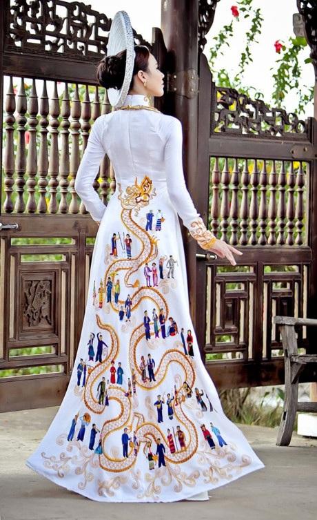 Bộ áo dài được lấy ý tưởng dựa trên truyền thuyết về lịch sử về cuội nguồn dân tộc Việt Nam. Bộ trang phục được thiết kế đơn giản, duyên dáng với điểm nhấn là bức tranh toàn cảnh 54 dân tộc cùng uốn lượn với vũ điệu múa rồng được thêu tay công phu, tỉ mỉ trong nhiều tháng. Thiết kế còn tượng trưng cho tình đoàn kết các dân tộc trên cùng một lãnh thổ. Trang phục được thực hiện trên nền vải lụa gấm. Mấn trắng được đính kết hàng nghìn viên pha lê lấp lánh.