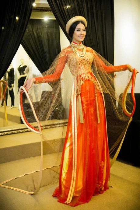 Hai tay áo của bộ áo dài được vấn lại bằng nhiều lớp vải lấy cảm hứng từ khăn mỏ quạ của miền Bắc. Chất liệu của chiếc áo này được đặt hàng riêng tại Ấn Độ và dệt bằng một loại sợi đặc biệt có bọc chỉ vàng. Nét đặc biệt trong bộ trang phục này phải kể đến chiếc nón quai thao của phụ nữ Kinh Bắc cổ xưa được kết hợp 3 tầng, mỗi tầng là 1 họa tiết khác nhau. Tầng trên cùng là hình ảnh của Long vũ khúc. Bên cạnh đó, vành nón được kết nối với nhau họa tiết bằng đồng lấy cảm hứng từ nón của thiếu nữ dân tộc Dao Đỏ. Từ đây gợi nhớ về truyền thuyết Con rồng cháu tiên.