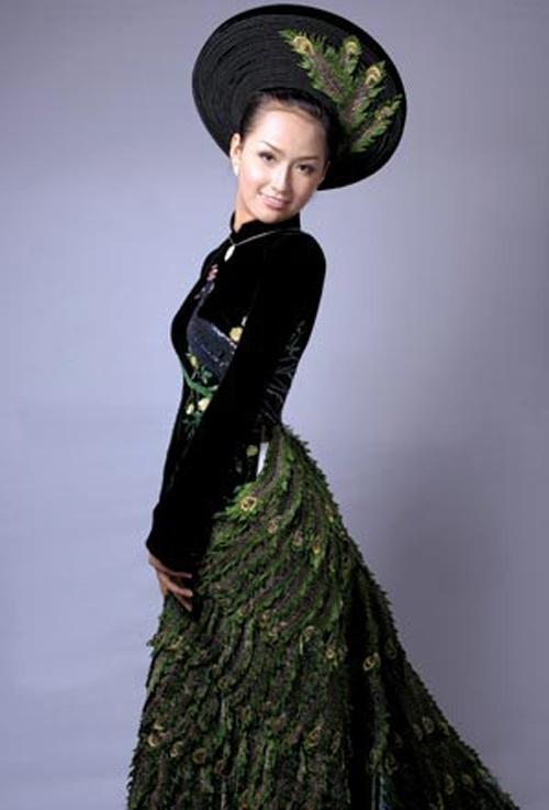 Trong cuộc thi Hoa hậu Thế gới 200, đại diện cho Việt Nam tham dự cuộc thi này, Hoa hậu Mai Phương Thuý đã diện bộ trang phục áo dài đen đuôi công kết cườm và kim sa của NTK Việt Hùng. Bộ trang phục này đã giúp cô lọt vào top 20 thí sinh mặc trang phục dân tộc đẹp của cuộc thi.