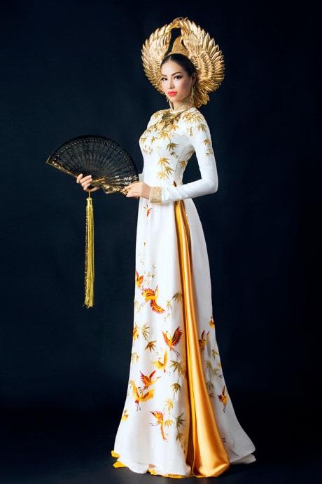 Hai bộ trang phục dân tộc với hai màu sắc hoàn toàn đối lập. Màu trắng nhẹ nhàng thanh thoát thể hiện được vẻ dịu dàng nữ tính, trong khi màu đen toát lên vẻ quyền lực và sang trọng. Cả hai bộ trang phục đều được may bằng chất liệu tơ gấm, thêu thủ công họa tiết chim hạc. Riêng lá trúc được thêu kỳ công bằng loại chỉ ép nhũ vàng. Phần cổ áo và tay áo được đính kết hàng nghìn viên đá pha lê cao cấp giúp người đẹp tỏa sáng dưới ánh đèn sân khấu. Phụ kiện đi kèm cũng được chú trọng đầu tư không kém gồm vòng cổ, quạt cầm tay và mấn đội đầu. Trong đó, chiếc vòng cổ được tạo hình từ lá trúc và các đường nét cách điệu từ chiếc trống đồng thời Âu Lạc. Chiếc quạt cầm tay cũng được chạm trổ công phu từ hình lá trúc, giúp người đẹp trình diễn tự nhiên và duyên dáng hơn trên sàn catwalk.