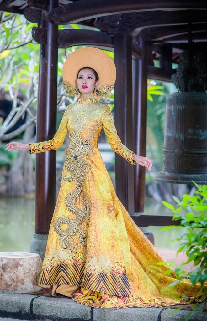 Phạm Hồng Thúy Vân đến với cuộc thi Hoa hậu Quốc tế 2015 (Miss International với bộ áo dài truyền thống được thiết kế kỳ công bởi nhà thiết kế Huỳnh Hải Long và Đặng Thế Huy.