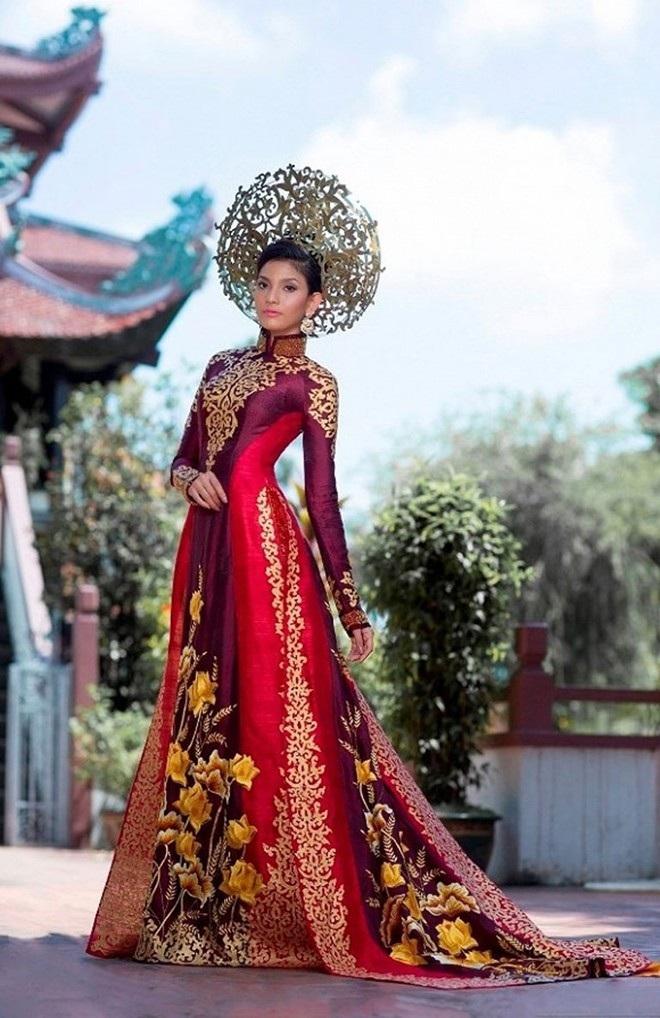Trang phục này được thiết kế bởi NTK Thuận Việt. Màu sắc chủ đạo là màu vàng đồng và đỏ sẫm của chất liệu lụa truyền thống Việt Nam. Sự tinh tế của bộ trang phục được thể hiện qua ép nhũ vàng và thêu tay các họa tiết một cách tỉ mỉ và kỳ công. Bộ áo dài này của Trương Thị May xếp thứ 4 trong Top 10 trang phục đẹp nhất tại cuộc thi.