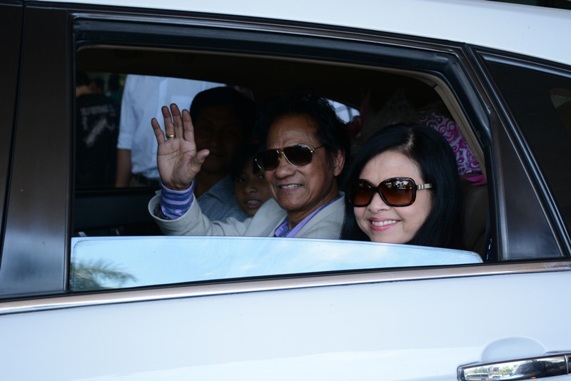 Nam danh ca và vợ vẫy tay chào fan hâm mộ trước khi lướt xe về khách sạn nghỉ ngơi và chuẩn bị cho liveshow.