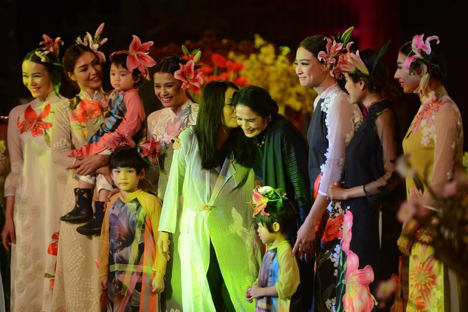 NTK Minh Hạnh bày tỏ tình cảm với NSND Trà Giang trên sân khấu. Ảnh: Anh Tuấn.
