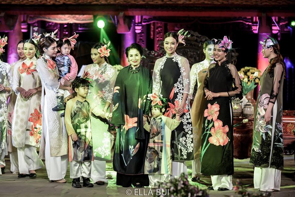 Nữ nghệ sỹ chia sẻ, bộ áo dài bà mặc được NTK Minh Hạnh thiết kế theo nguyên mẫu bức tranh sơn dầu của bà về chủ đề hoa Lyli. Ảnh: Ella Bùi.