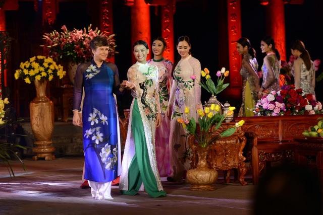 Phần trình diễn của bà Giám đốc Trung tâm Văn hoá Nga tại Việt Nam trong bộ sưu tập hoa Sứ. Ảnh: Mạnh Thắng.