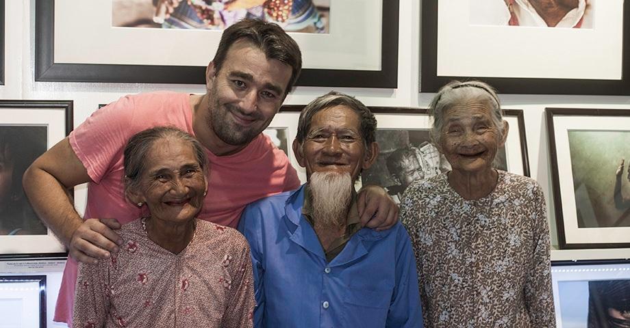 Nhiếp ảnh Réhahn với các cụ ông, cụ bà ở Hội An. Ảnh: Réhahn.