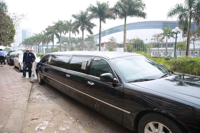 Cận cảnh chiếc xe Limousine có giá hơn chục tỷ mà vị hôn phu của Trà My đến đón cô trong lễ ăn hỏi.