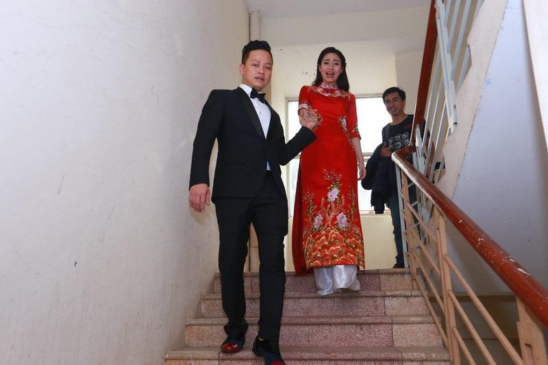 Xuất hiện trong lễ ăn hỏi, Trà My diện một chiếc áo dài đỏ có thêu hoạ tiết rồng phượng hết sức rực rỡ.
