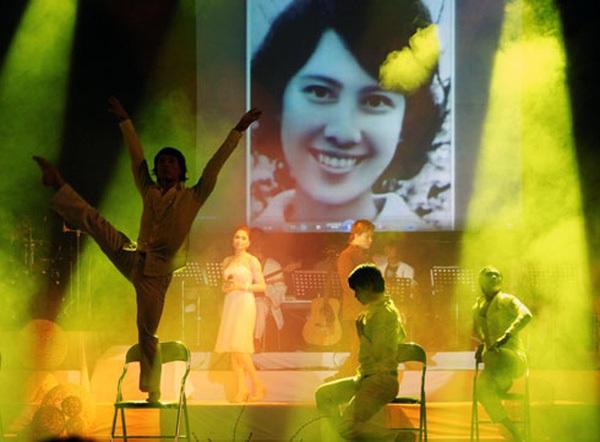Hình ảnh người vợ quá cố của nhạc sỹ Thanh Tùng bất ngờ xuất hiện trong đêm nhạc Hoa cúc vàng diễn ra vào năm ngoái. Ảnh: TL.