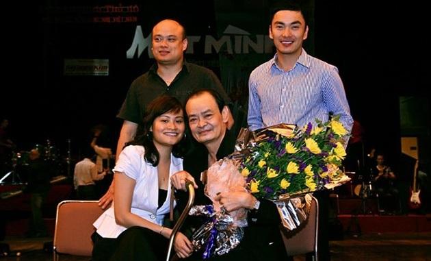 Nhạc sỹ Thanh Tùng và 3 con trong một đêm nhạc Một mình diễn ra cách đây khá lâu. Ảnh: TL.