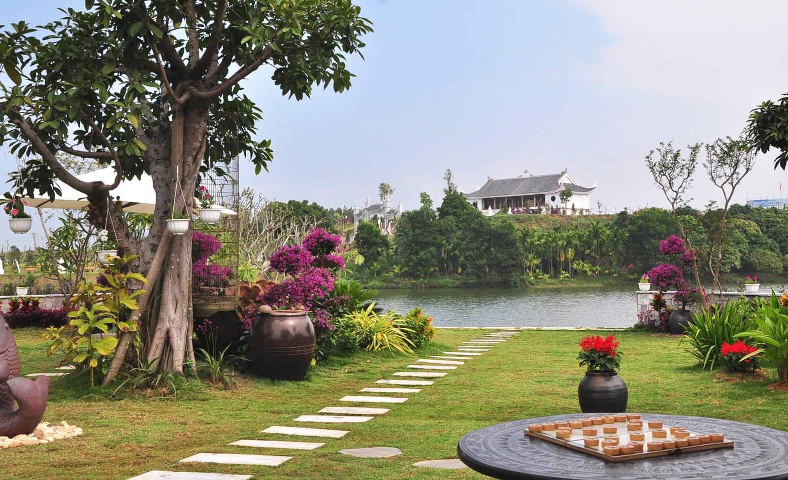 Nơi ông an nghỉ sẽ nằm cạnh một con sông nhỏ và được bài trí rất nhiều hoa, tiểu cảnh... để tựa như một tiểu công viên thực sự.