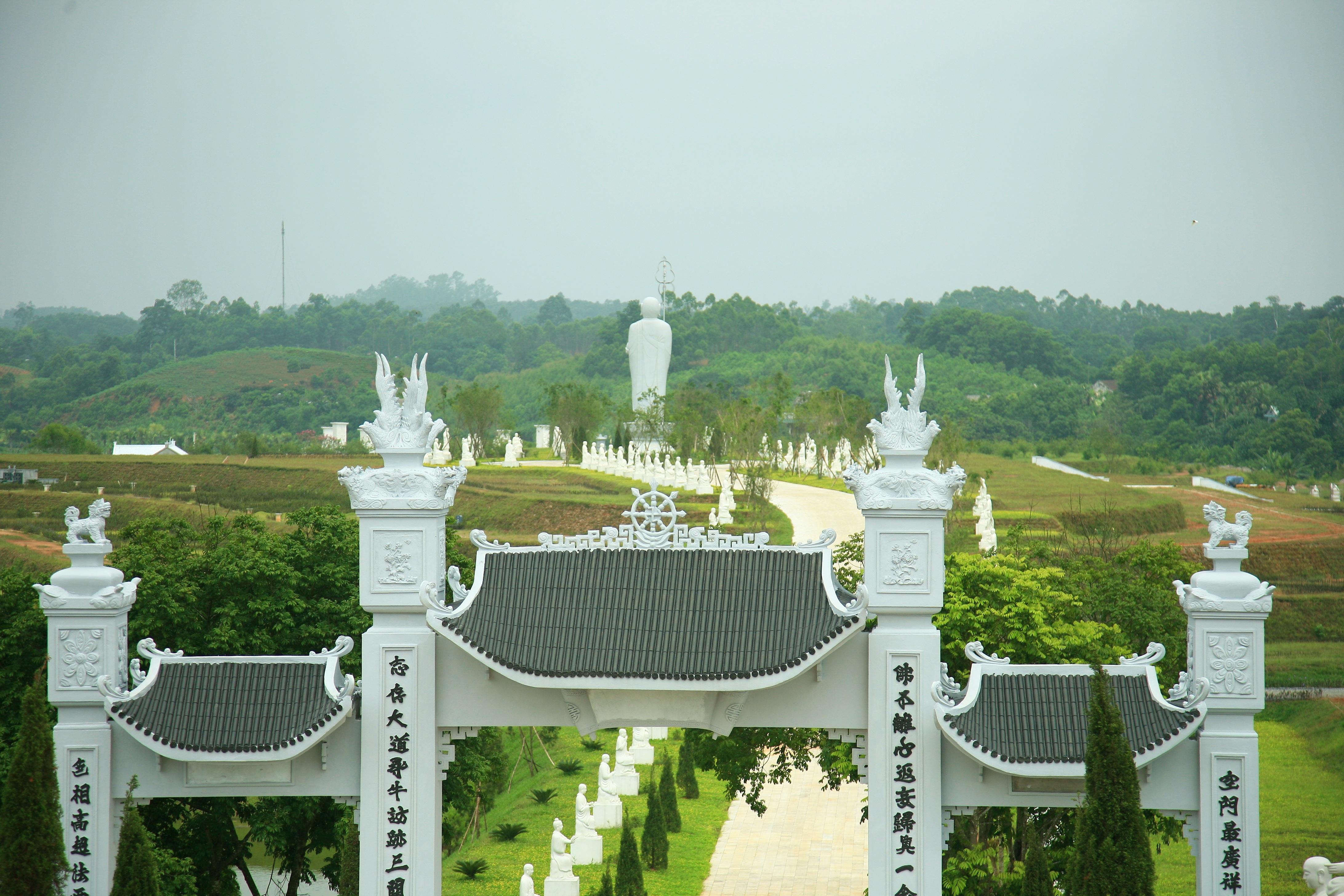 Cách không xa nơi nhạc sĩ Thanh Tùng an nghỉ là chùa Thiên Long, nơi có pho tượng Phật A Di Đà bằng đá vôi cao kỷ lục. Trên ảnh là cổng chùa Thiên Long.